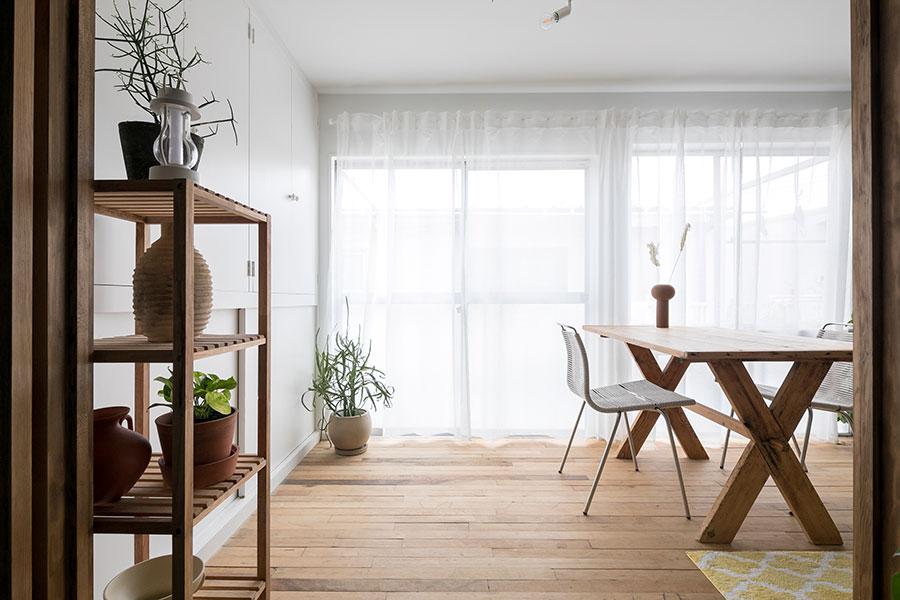 一段上がった窓側のスペースは、白い壁と板張りで明るい雰囲気に。床に貼ったアンティークの板材は、スケート場で使われていたものだそう。