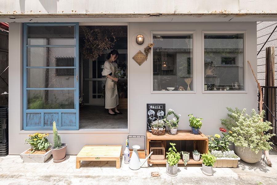 パリの花屋さんのような店構えの「GERMER」。近所の方がふらりと立ち寄って花を買っていくことも多い。