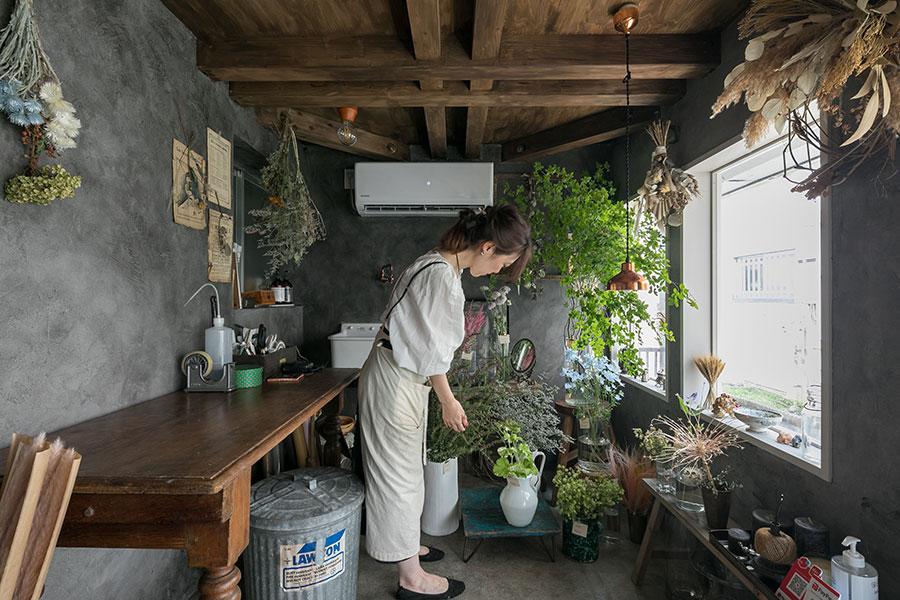 「GERMER」の内装は、ご夫妻で仕上げたそう。「植物を引き立てるように、壁には墨色の漆喰塗料をぬりました」(Harunaさん)。使われている什器は、フランスのアンティークが中心。