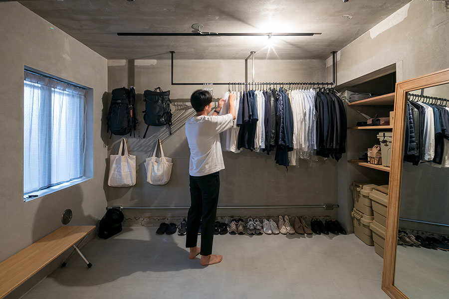 服の色は白と黒とブルーなので、ハンガーがけの収納もきちんと整理される。バッグも白と黒。数も絞る。