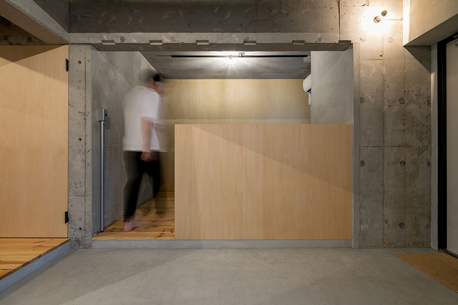 造作の腰壁の向こうがベッドルーム。