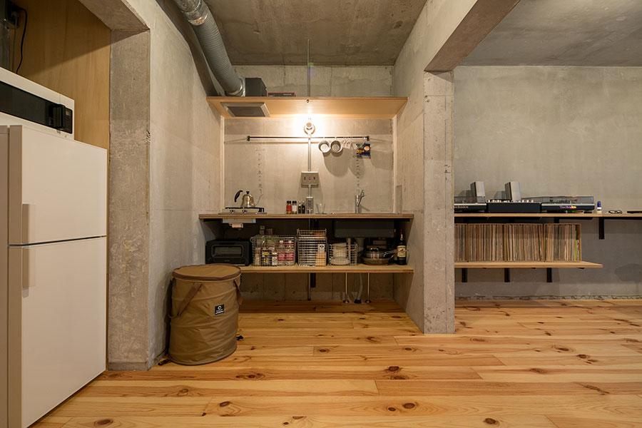 キッチンの天板と、ターンテーブルを置いた棚の高さを揃えている。「シンプルな内装だからこそ、細かなビジュアルにこだわりました」