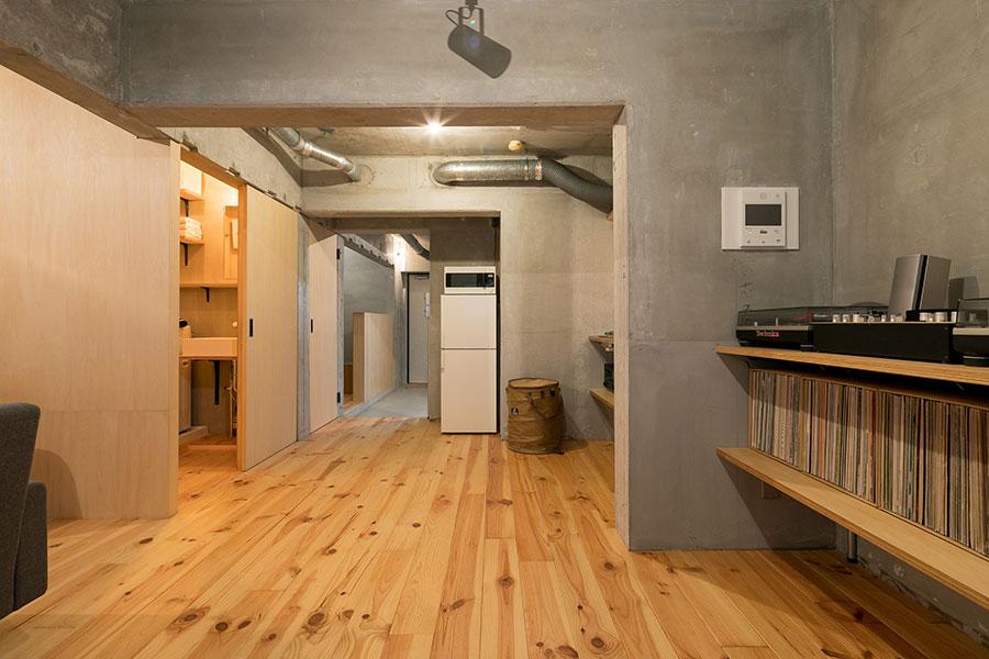 床材は浮造り加工したボルドーパイン。壁やドア、棚はシナ材を使用。