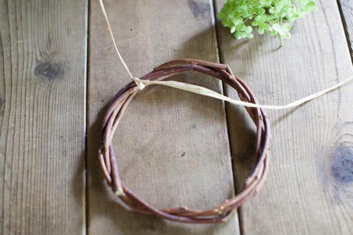 ラフィアは一方の端を10cmほど残して輪に片結びする。