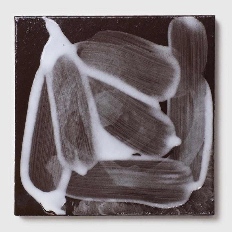 黒のタイルに白の釉薬を刷毛塗り。唯一無二の表情がアート作品のようだ。