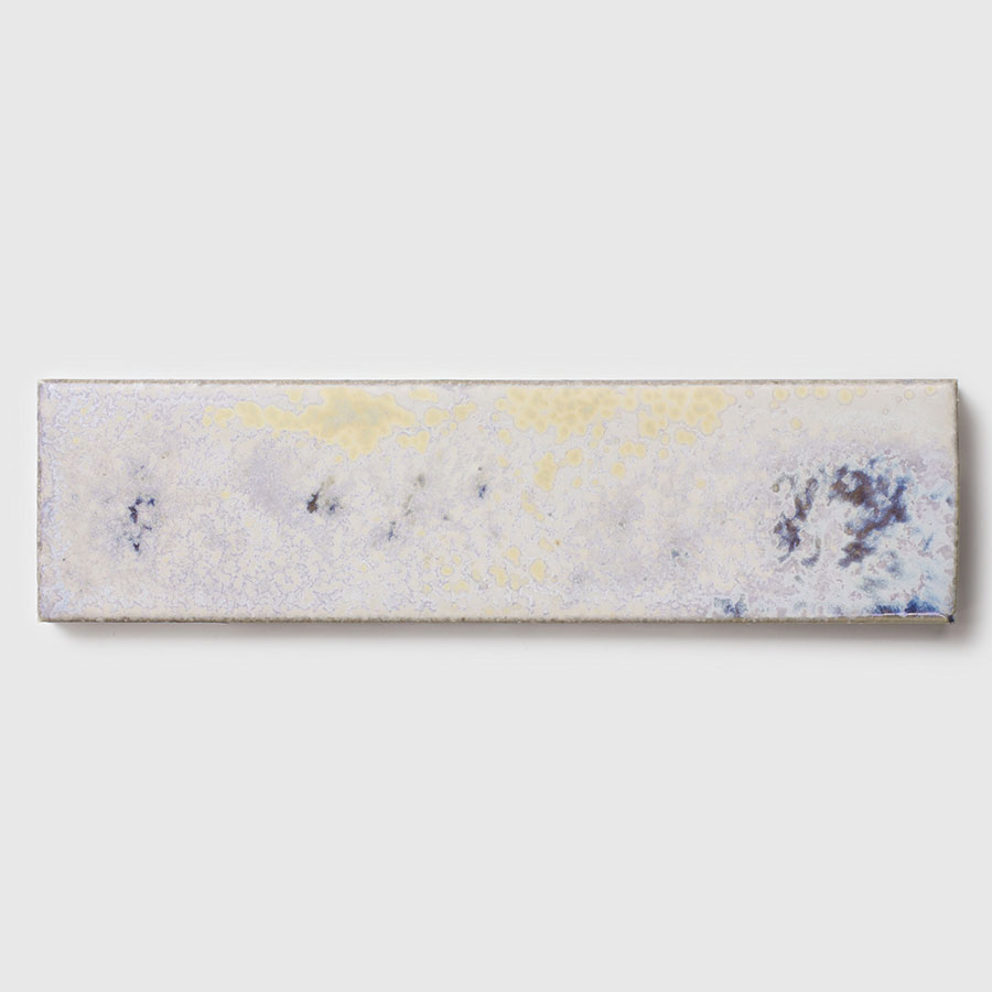 様々な色が浮き上がる釉薬の表情が楽しめる。小物を置くトレーに。