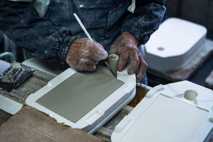 液化させた粘土を石膏型に流し込む圧力成形は、複雑なディティールを再現することができる。photo: Kenta Hasegawa
