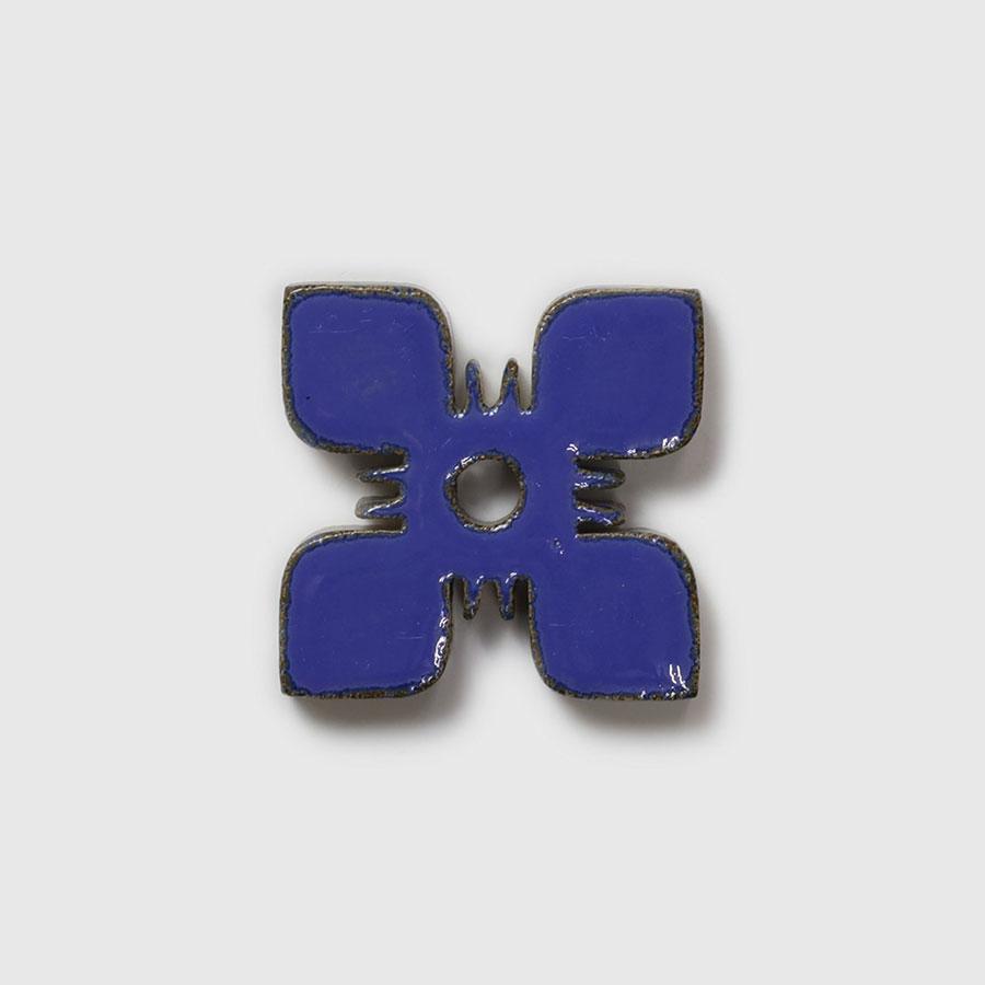 花の型のタイルは、小さめのプランターのトレーとして使いたい。
