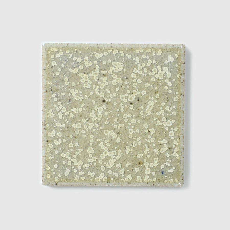 生地に鉄粉を混ぜ込んで斑点をつけている。ナチュラルな模様はグリーンと相性が良い。