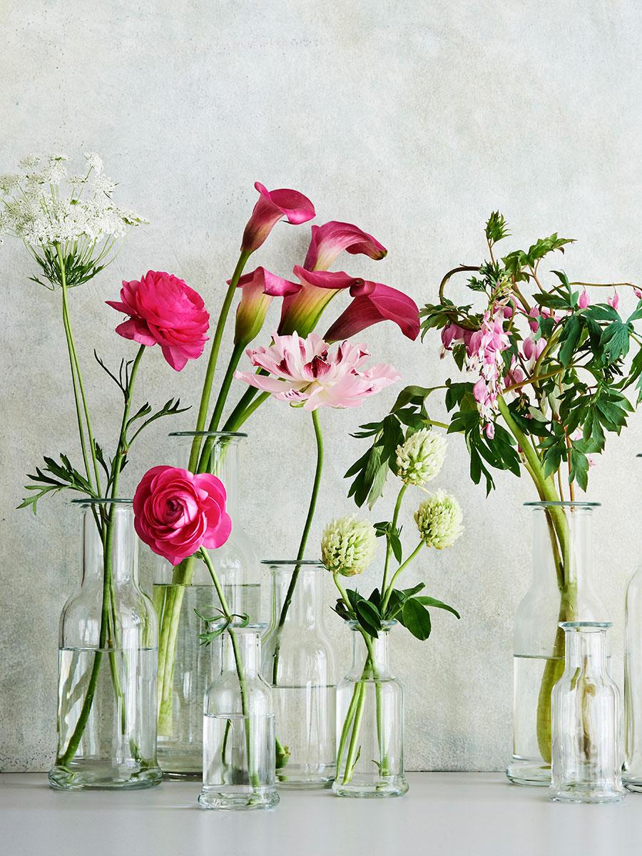 何種類もの花を挿して、サイズ違いで並べる演出も素敵。