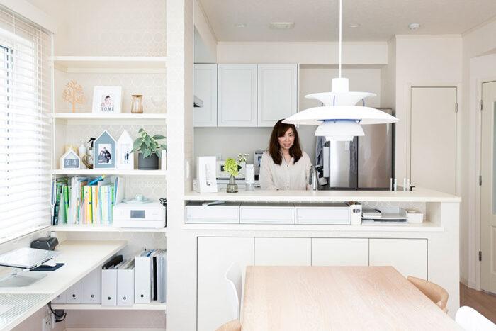 キッチンからは広々としたLDKが見渡せる。ダイニング脇に設けた書斎は、お子さんの勉強スペースであり、窪嶋さんのワークスペース。