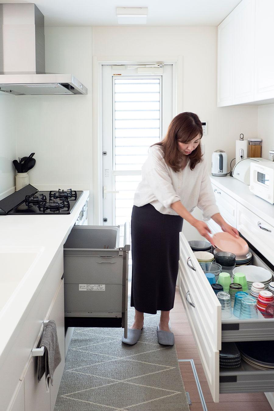 食洗機からダイレクトに食器棚へ。立ったまま1歩も動かず片づけられる、この動線が大事。