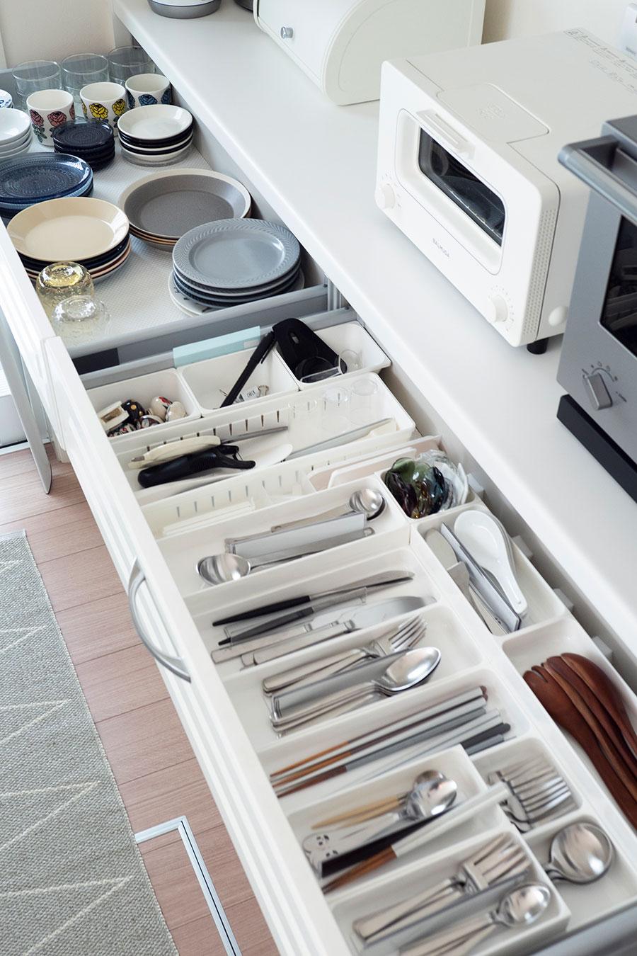 普段使いのカトラリー類は、適正量をアイテム別に収納。食器類も引出し式なら奥の方も見やすく、取り出しやすい。