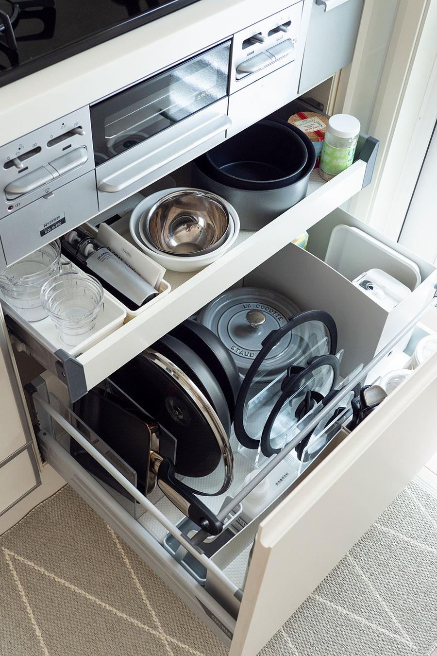 """コンロ下の引出し収納には、コンロで直接使う調理器具を。「深い引き出しは""""仕切る""""ことと""""立てる""""ことが上手な活用法です」。そこで、無印良品のファイルボックスと仕切りスタンドを使用。"""