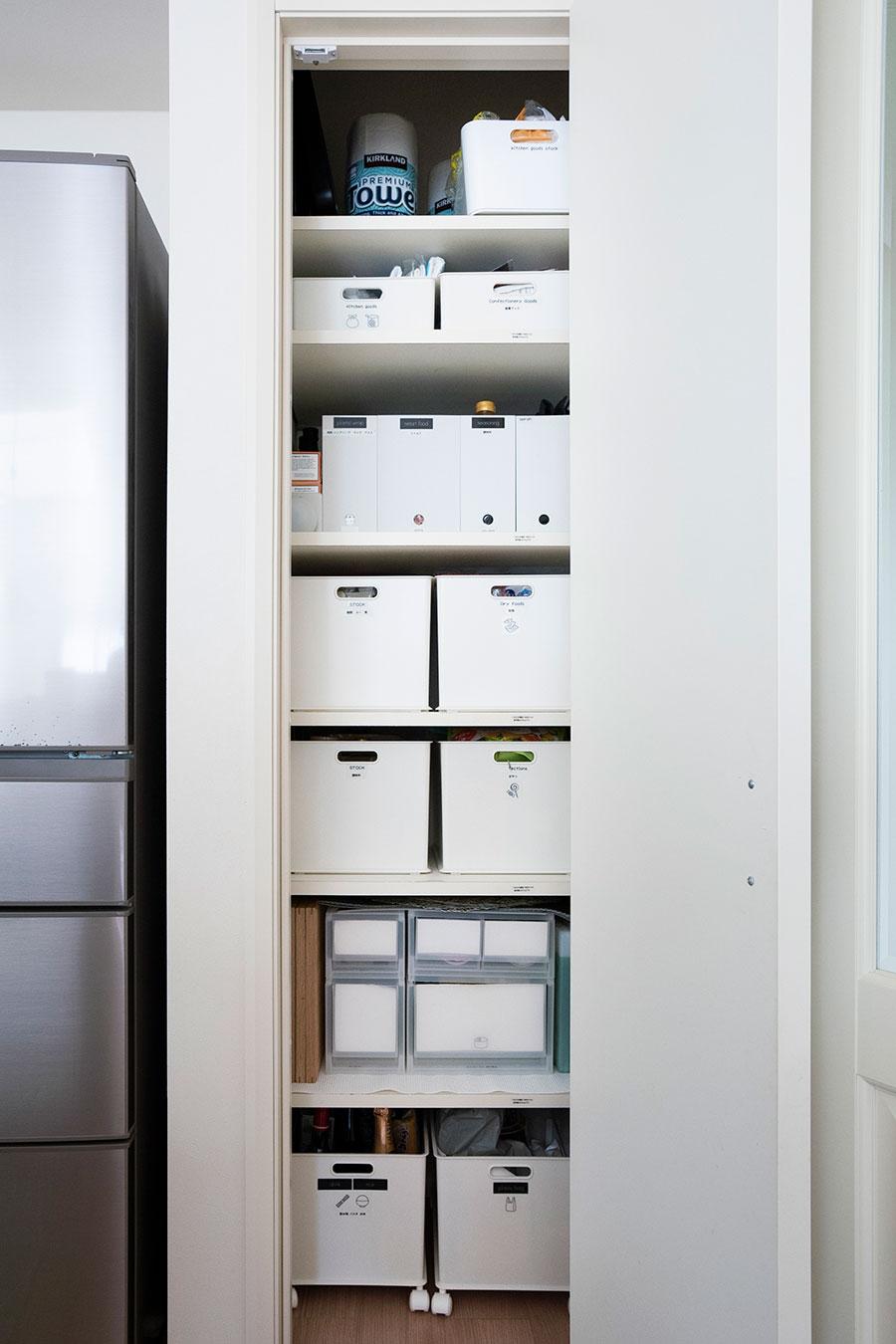 冷蔵庫横のパントリー。お気に入りのシンプルヒューマンのダストボックスを置くため、狭めの設計に。いちばん下にはニトリのインボックス(現Nインボックス)に別売りのキャスターをつけて活用。