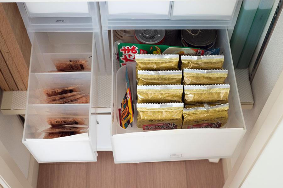 引出し式収納ケースに食材を。外袋から出してひとつひとつ整然と収納。