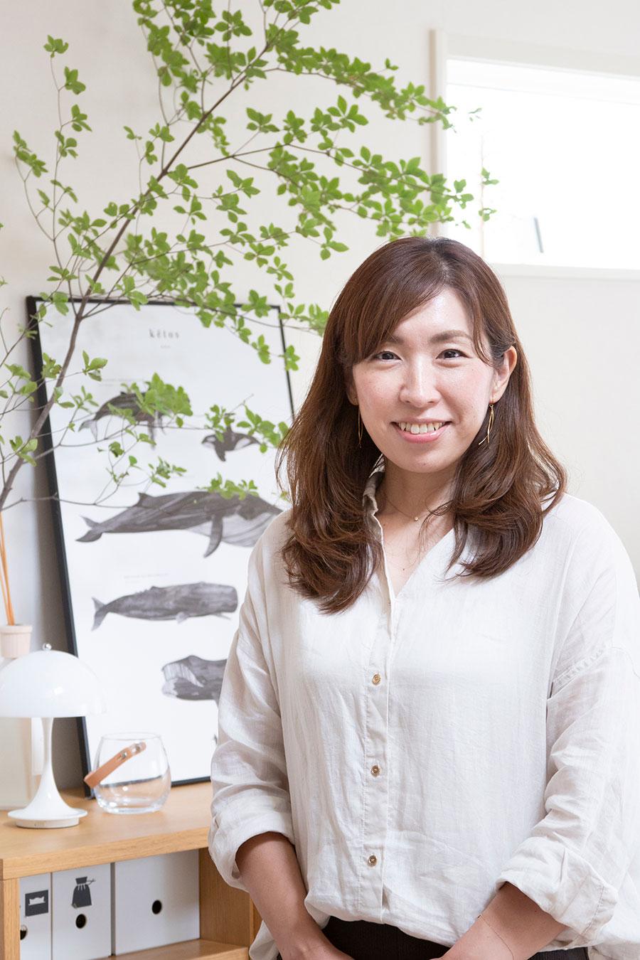 整理収納・ライフアドバイザーの窪嶋真弥さん。整理収納サポートを通して自分らしい暮らしをデザインする「DESIGN LIFE」主宰。住宅メーカー等でのセミナーを開催するほか、テレビやラジオにも出演。