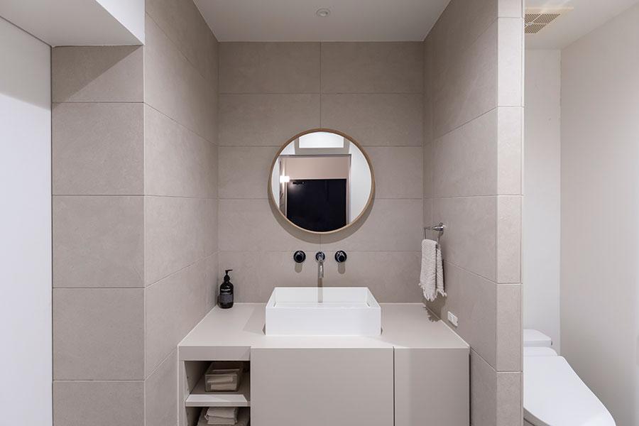 洗面台の右にはトイレ、左には浴室がつづく。