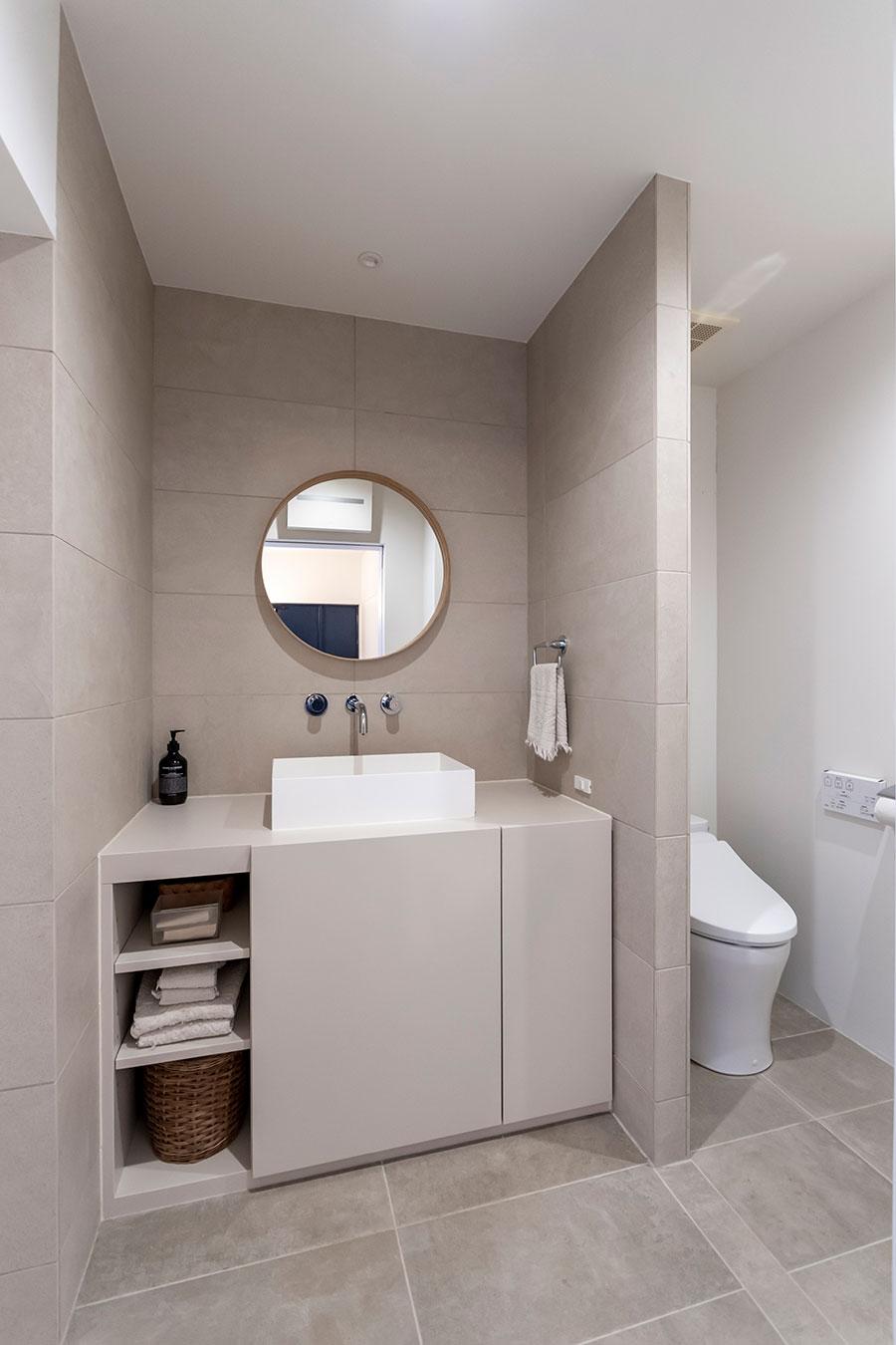 トイレには扉をつけず、洗面所と同空間に設置。