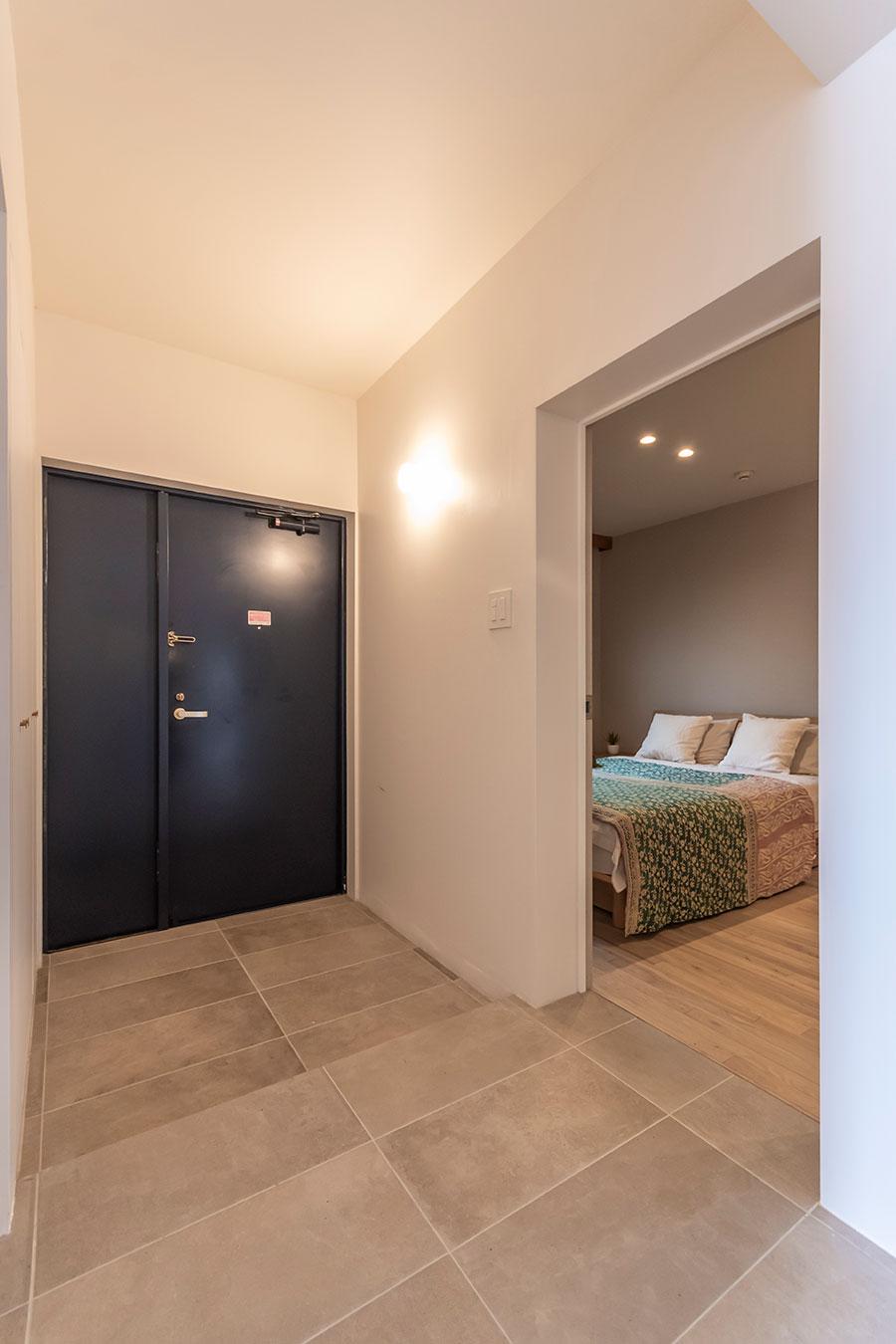 玄関のすぐ隣に寝室がある。