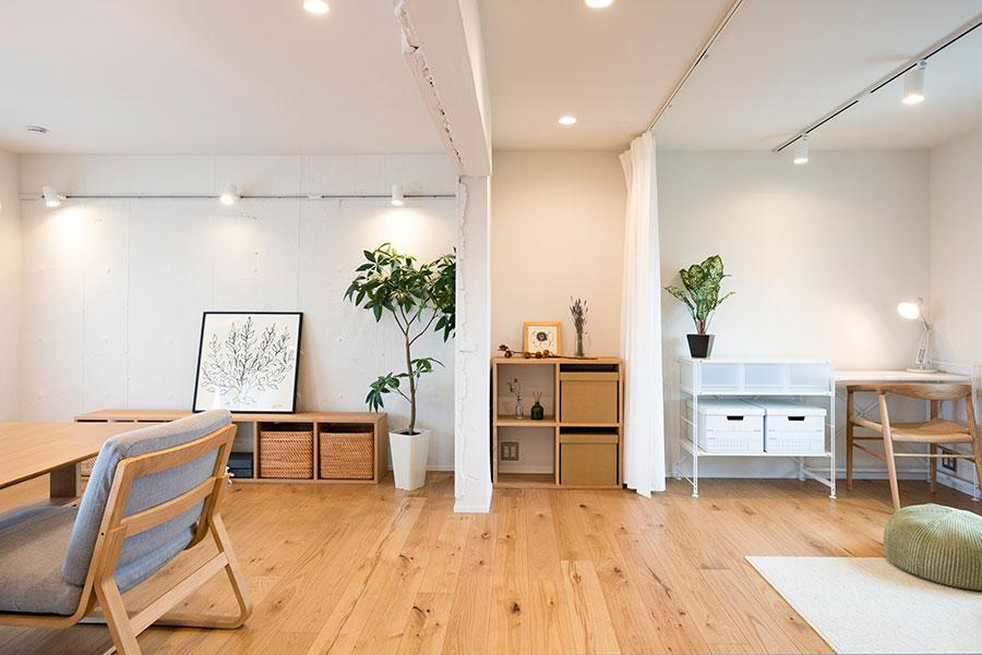 玄関を入ると正面に見える空間。遮るものがないことで広がりが感じられる。構造壁とカーテンの間は、自由な使い方を考えたいスペース。