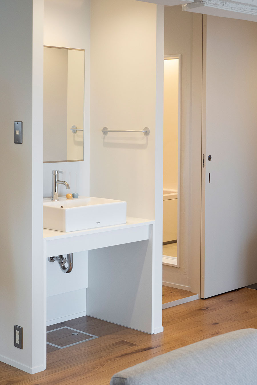 廊下の仕切りを取り払うことでLDKと一体となった空間に洗面台を。玄関から直行することができる。