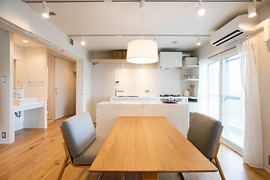 スポットライトをメインに多灯照明で。展示の家具など(アート、グリーンを除く)は、物件購入価格とセットになっている。低めの天井に合わせて、高さの低いダイニングテーブルをセレクト。