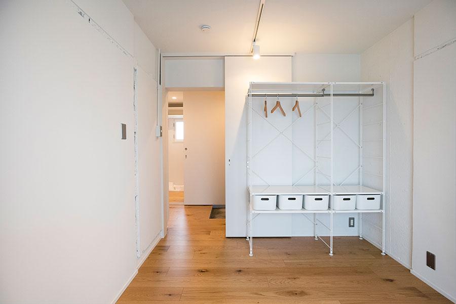 ベッドルームの引き戸を開放すれば家全体がワンフロアに。