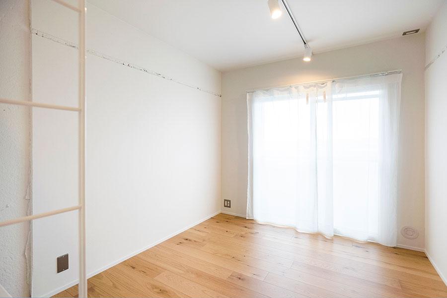 壁面に長押の跡が残る。カーテン越しにやわらかな光が。