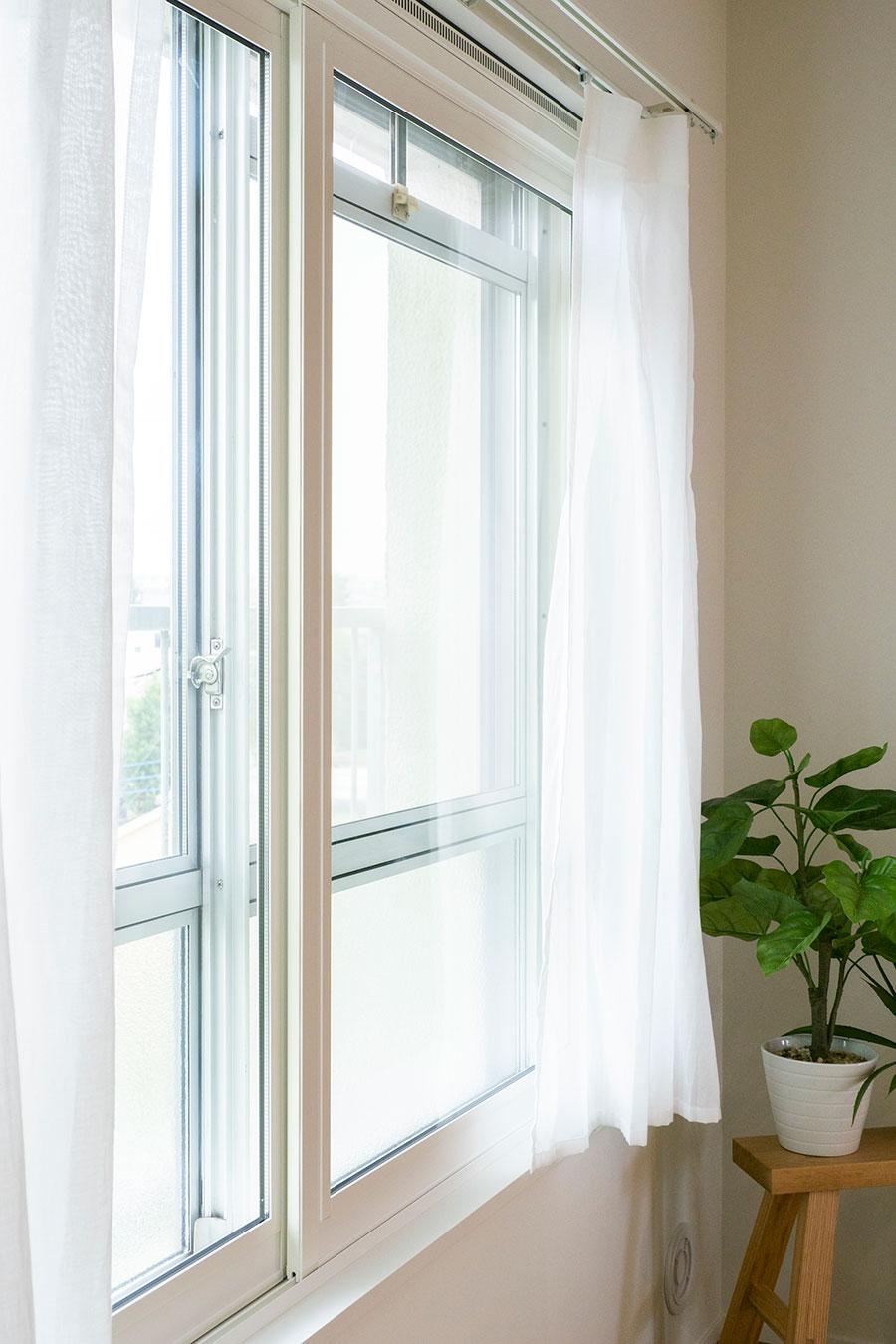 インナーサッシの外側は共用部である窓。70年代仕様が味。