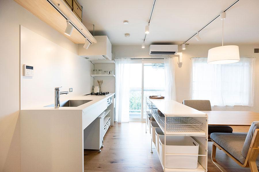 ユニットシェルフをアイランド兼キッチン収納に。オリジナルのキッチン台は、シンクの蛇口の位置に注目。