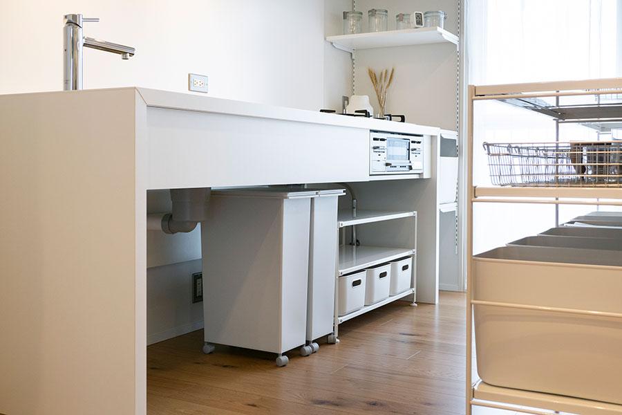 オープンなシンク下は扉を開ける手間要らず。ゴミ箱やシェルフなど、使い勝手に合わせて組み合わせたい。