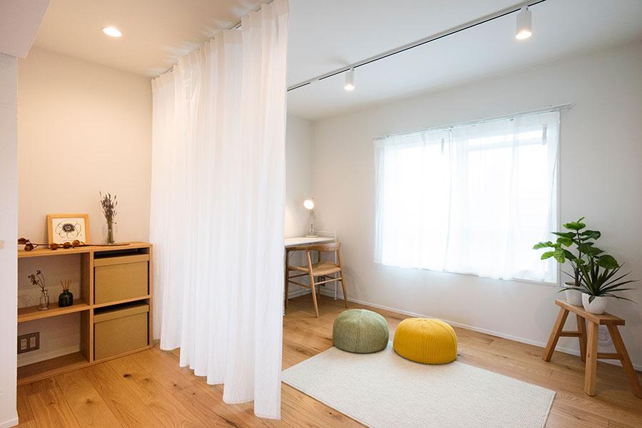 子ども部屋が必要になったら、カーテンで仕切ることも。IDÉEのクッションや無印良品のカーテンもセット。車返団地は1975年築。新耐震基準と同等の耐震性が確認されている。