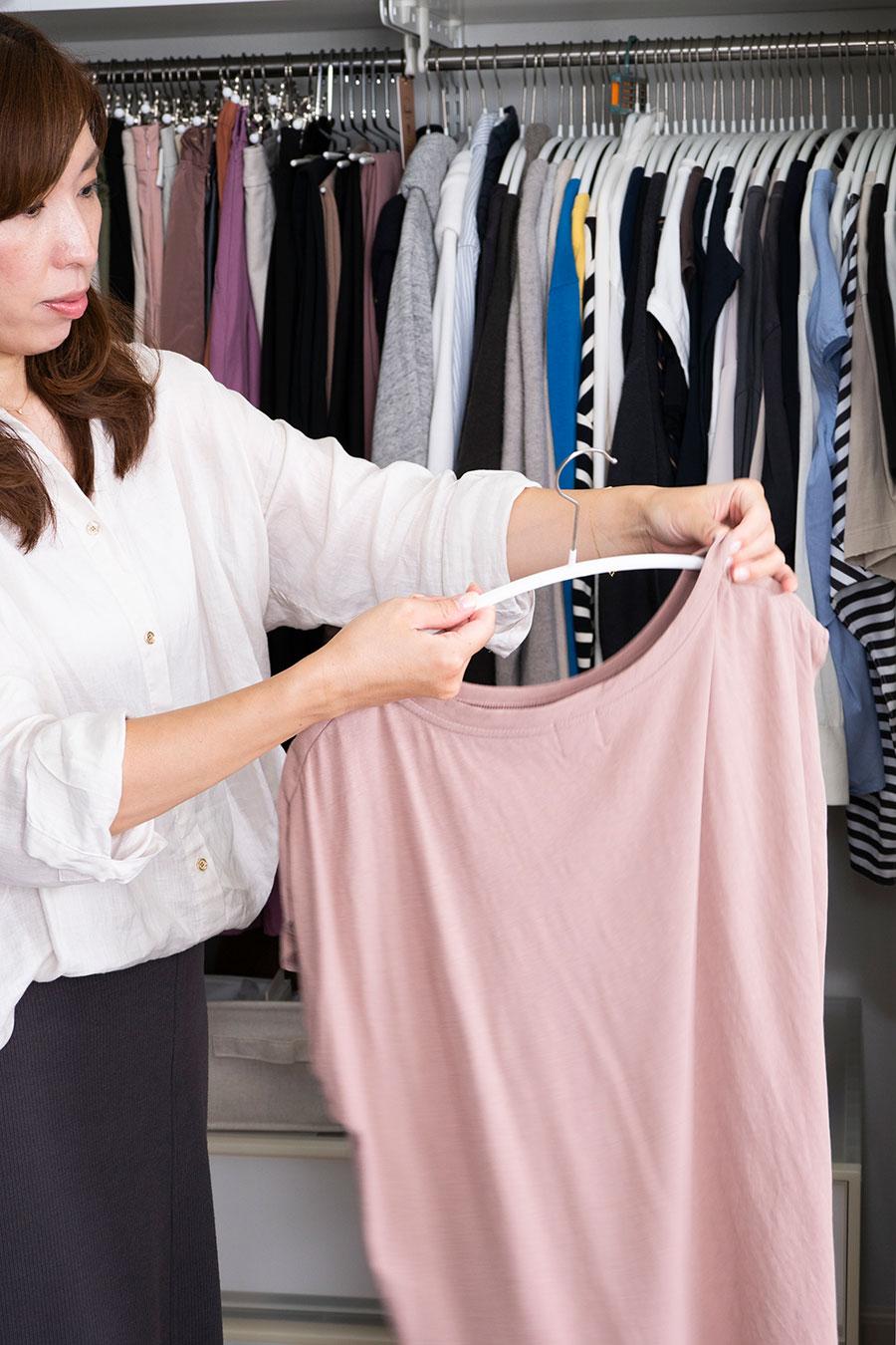 ニットなどをかけても肩がきれいに収まり、服の型が保たれるマワハンガーがお気に入り。ベランダのもの干しでもクローゼットでも活躍。