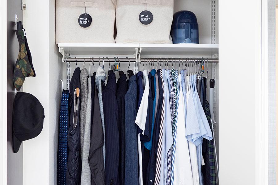 夫のクローゼット上段では、洗濯後にアイロンをかける服を1週間分まとめてソフトボックスに入れて保管している。