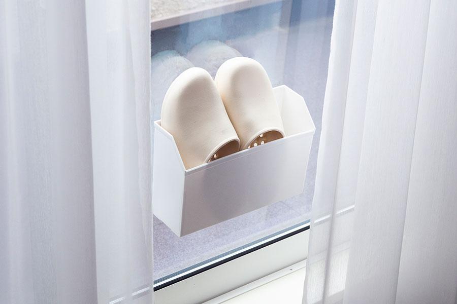 ベランダのスリッパは、100円ショップのフィルムフック+メールboxを活用して室内に。出しっ放しなのが気になっていて思いついたアイデア。