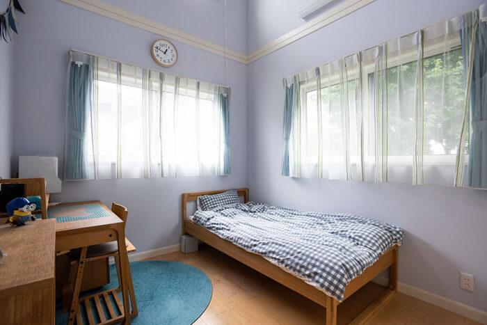 小学生の次男の部屋もこの通りすっきり。カーテンはレースを内側にすることで明るい印象に。