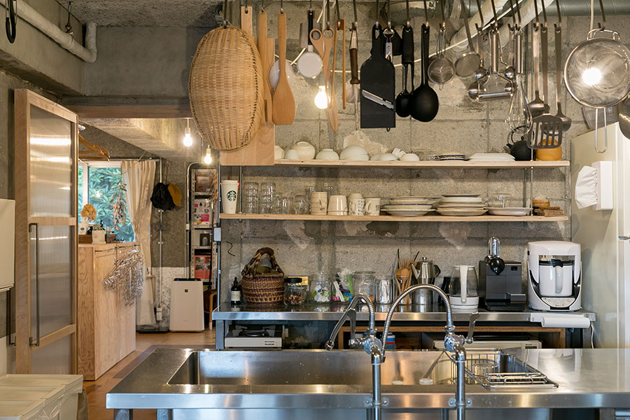 食器やキッチン家電、調理器具は、シルバーと白と黒などに色数を絞っている。