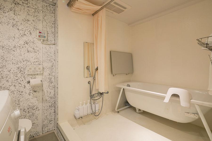シャワーもキッチン水栓同様、既存の業務用の水道管をつなげて製作。