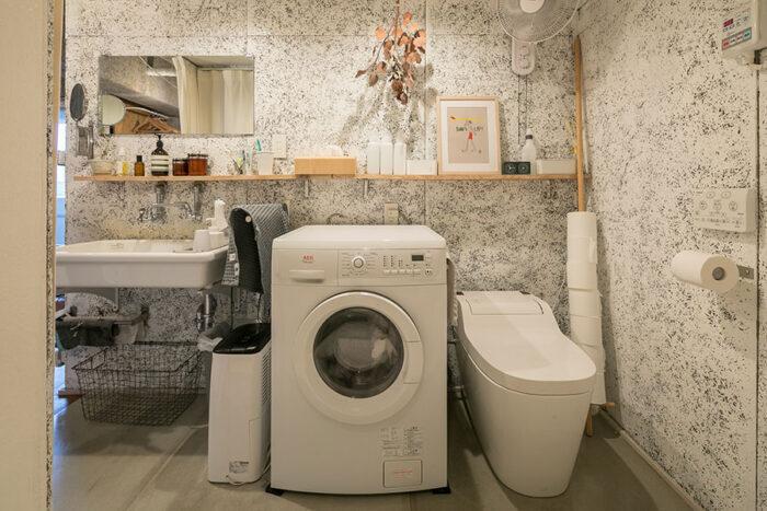 トイレに扉はない。洗濯機と洗面台と横並びに。