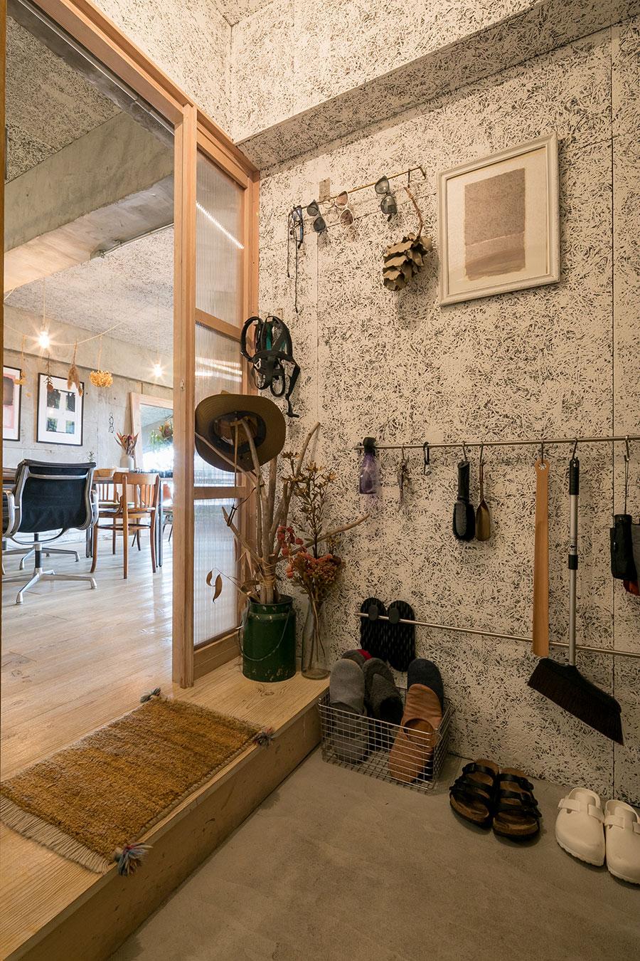 玄関の壁に木毛セメント板を後から貼った。「玄関内で外の音が乱反射するのが気になったので、吸音効果のある木毛セメントを貼ることにしました」