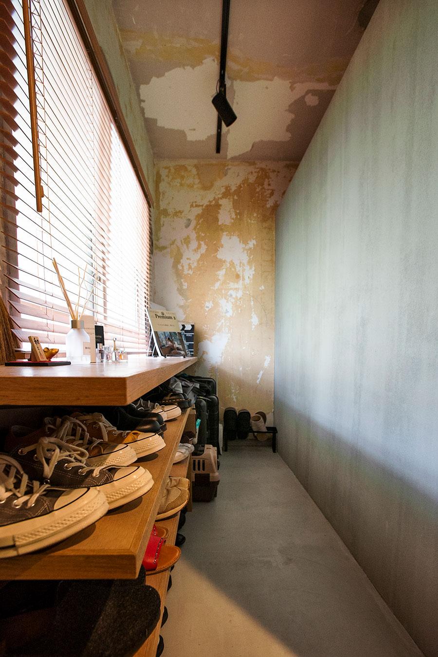 あえて広い空間を確保した土間兼シューズクローゼット。隣のWICとの仕切り壁の上が空いているので通気性もいい。
