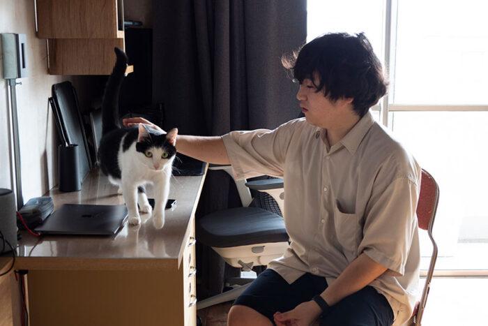 巻田勇輔さんとういちゃん。クラリン社のフォールディングチェアSANDLERは目黒のACMEで購入。