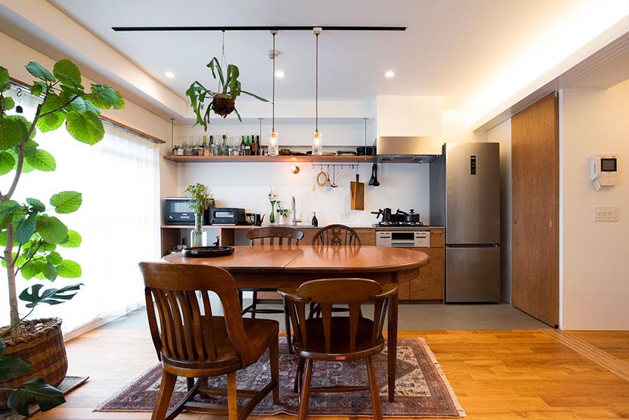 都心の高台に建つマンションの1室。光がたっぷり差し込み、グリーンもよく育つ。
