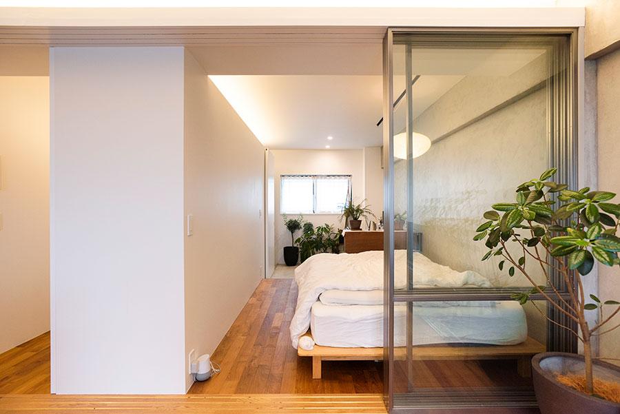 廊下までカバーするガラスの引き戸。ワークスペース側の開口から、ベランダ側の開口に光が抜ける。