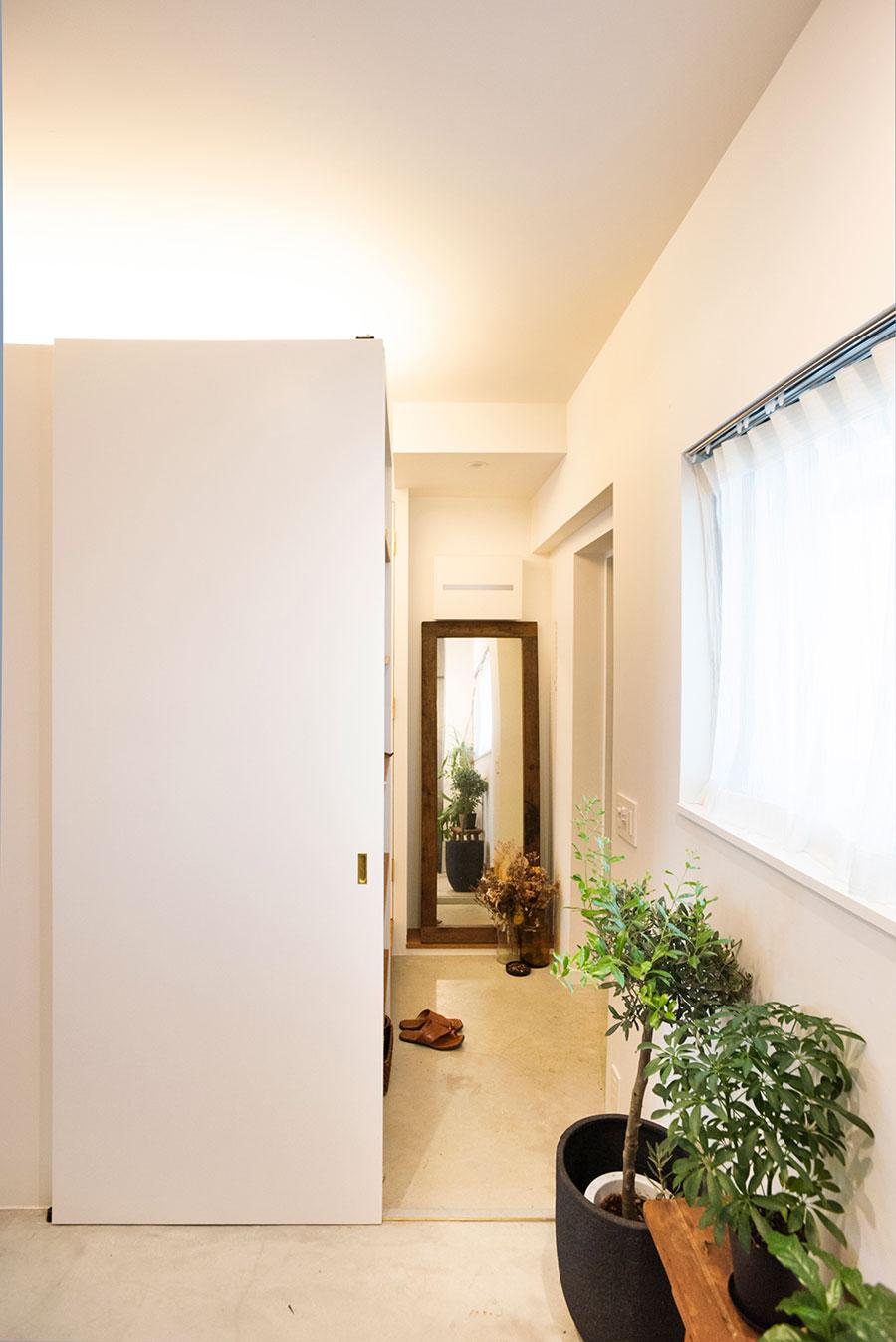 ワークスペースから玄関方向を見る。引き戸を閉めることも可。