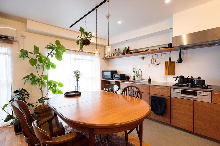 ラワンの面材+ステンレスの天板が気に入ったキッチン台はtoolboxで。キッチンまわりの床はタイルで切り替えた。