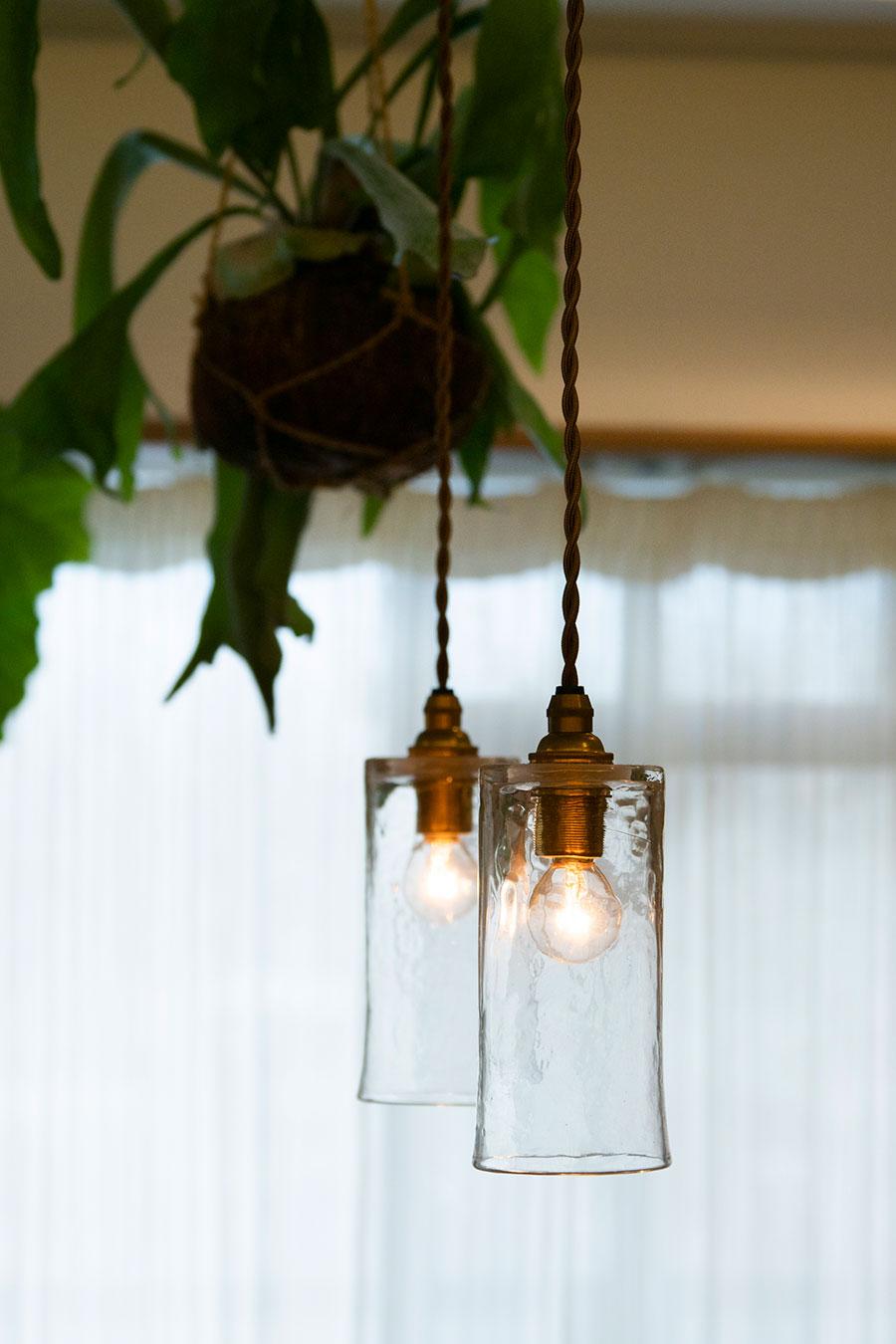 ガラス作家・安土草多さんのペンダントライト。温もりのある明かりが灯る。