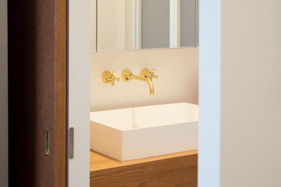 洗面台の蛇口、引き戸の取っ手も真鍮を使用。