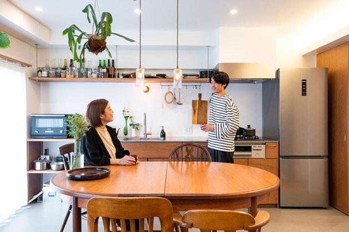 佐藤諒さんと早矢さん。お子さんを迎えて、住まい方を考えるのも楽しみ。